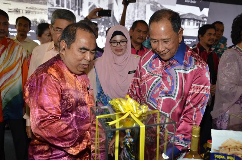 Sultan Kedah terima cenderamata daripada JMG Malaysia