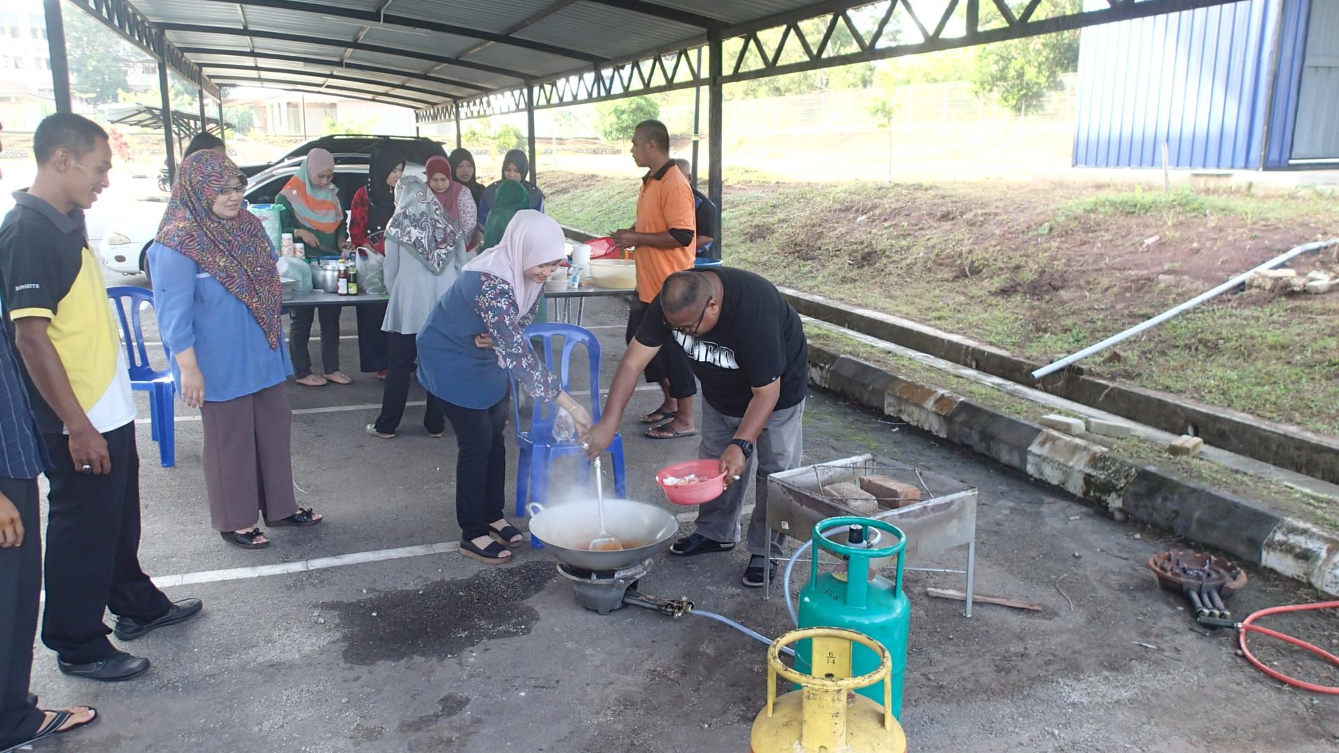 Program Gotong Royong Perdana Membakar Lemang dan Memasak Rendang Bagi Sambutan Hari Raya Aidil Fitri JMG Pahang 2018
