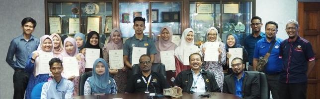 MAJLIS PENYAMPAIAN SIJIL KEHADIRAN KEPADA PELAJAR-PELAJAR UNIVERSITI KEBANGSAAN MALAYSIA